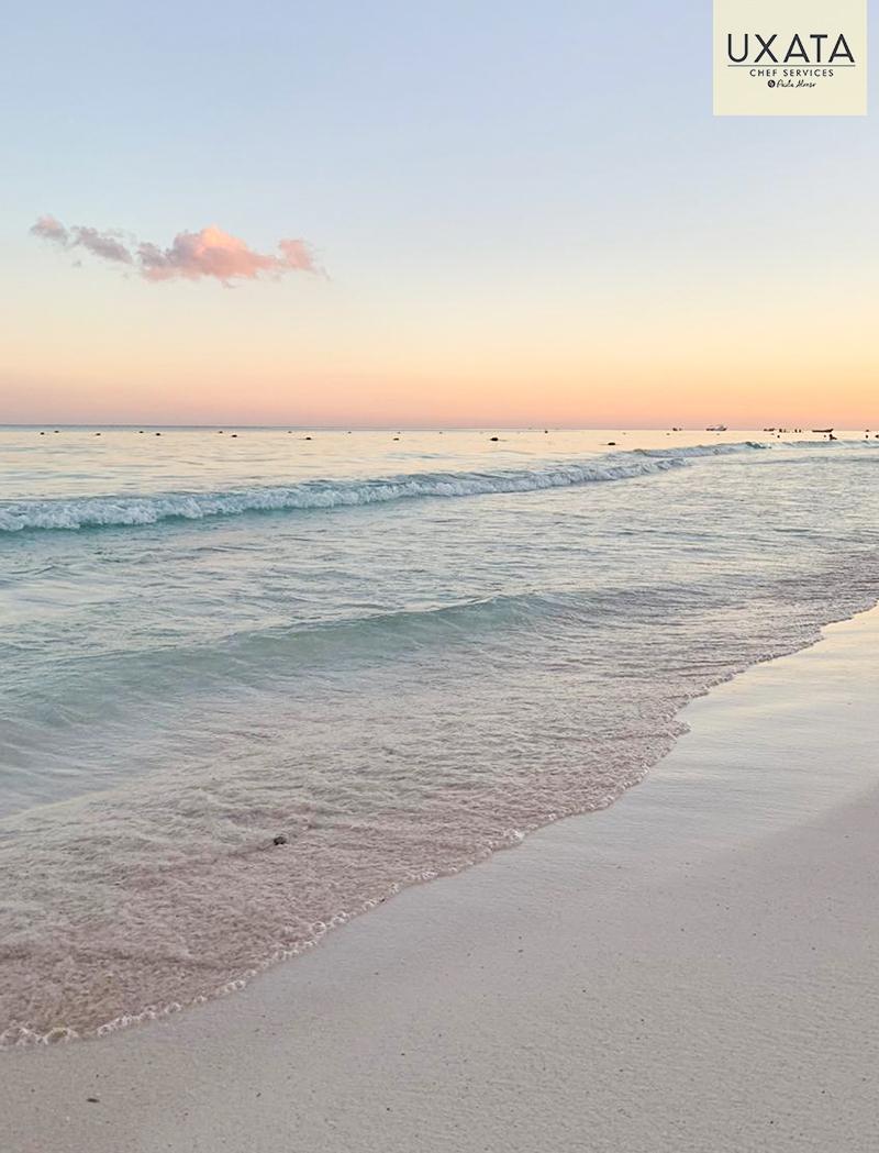 Olas llegando a la costa en Xpu Ha, Riviera Maya, Mexico.
